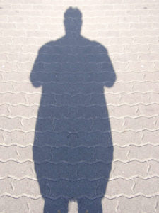 cień otyłego człowieka