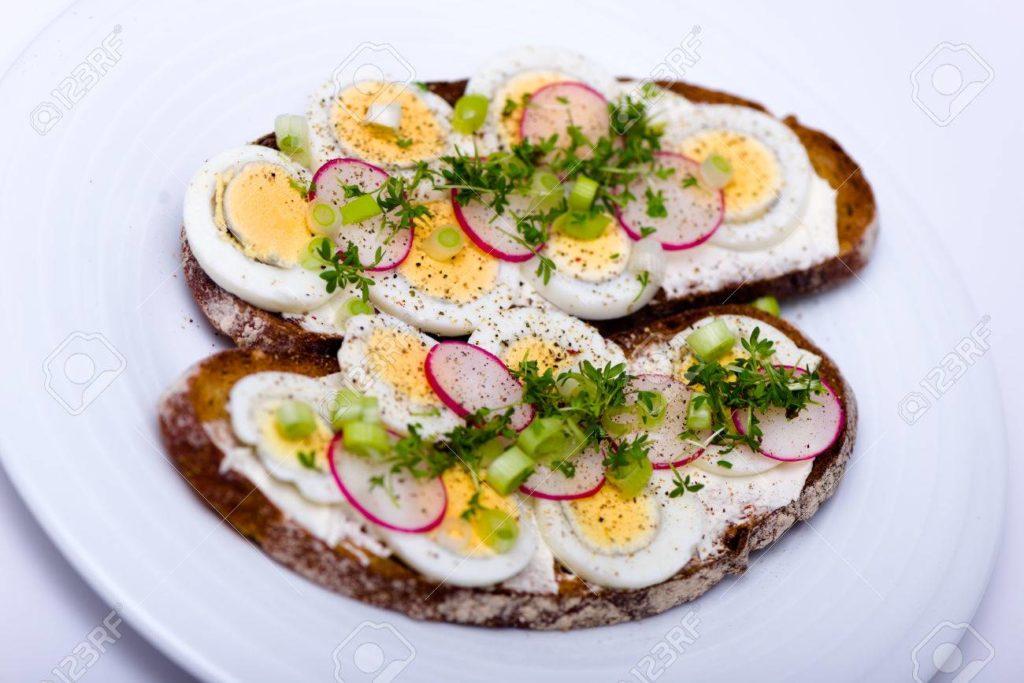 kromki chleba z jajkiem i rzeżuchą