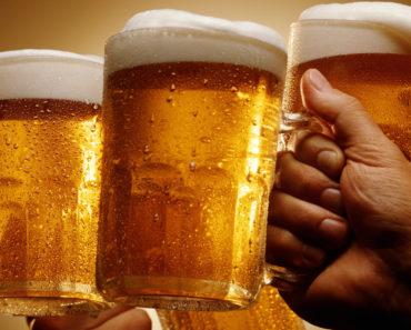 toast czterema kuflami piwa