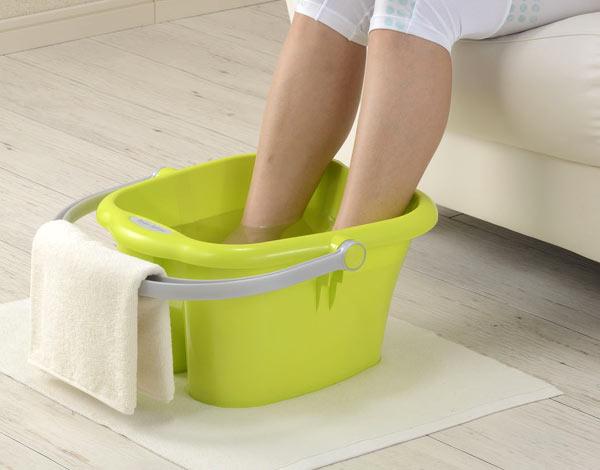 kuracja zimną i gorącą wodą na bolące stopy